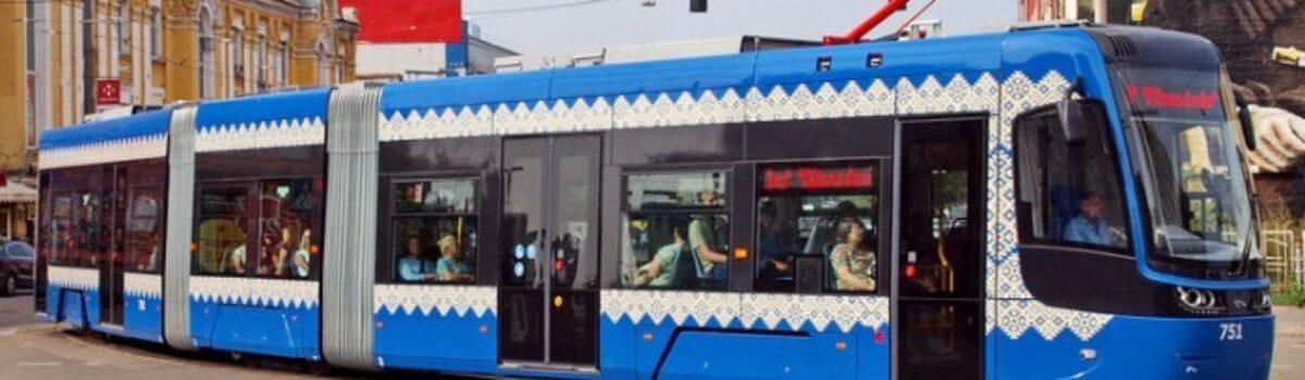 """Ozdobione ukraińską """"wyszywanką"""", tramwaje na ulicach Kijowa"""
